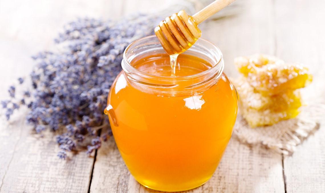 Oczyszczanie twarzy miodem – jak to zrobić i jaki miód wybrać?
