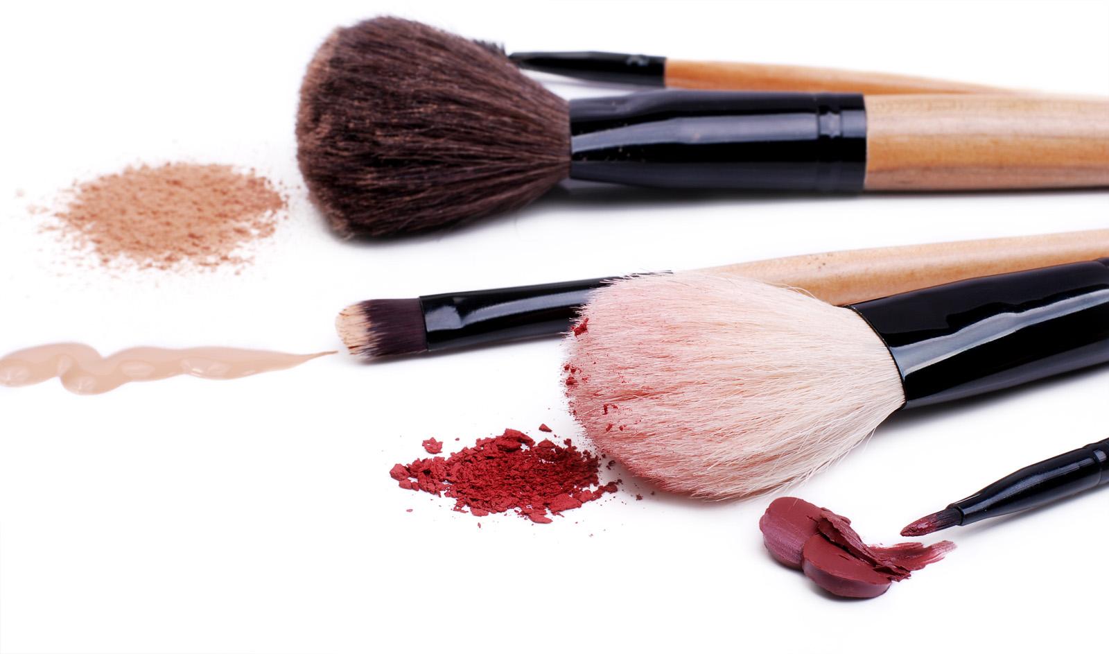 Jak czyścić pędzle do makijażu? DIY: spray do czyszczenia pędzli